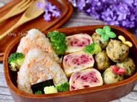 鮭魚飯糰&火龍果皮蛋捲&芹菜葉豆腐丸餐盒