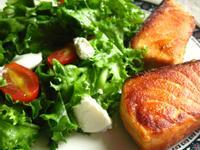 嫩煎鮭魚佐瑞可達蜂蜜油醋沙拉