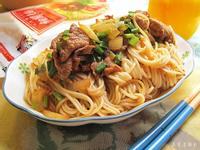 韭菜牛肉香拌麵。五木麵條