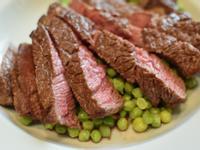 爐烤牛排佐青碗豆仁。七分熟仍維持軟嫩口感