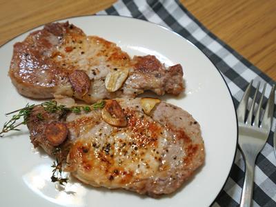 蒜味百里香豬排。不需醬油醃製的簡易料理