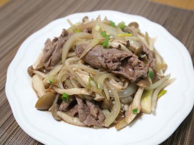 蕈菇炒洋蔥牛肉。簡易料理