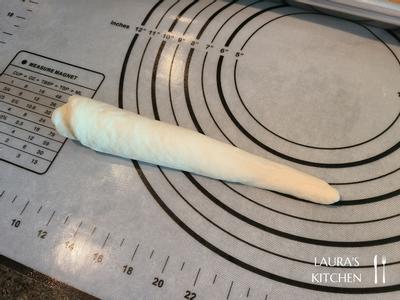 再用掌心把其中一端搓成水滴状(约15公分长),静置松弛10分钟;把有盐奶油切成5g小块