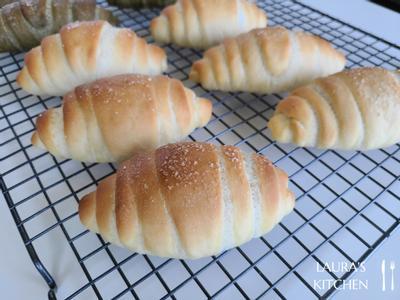 出炉的盐可颂让屋里充满奶油香,还没等到完全放凉就先放一个到我的肚子里了! 出炉后可以在表面刷上一层薄薄的融化奶油,让面包表面有微微的光泽感
