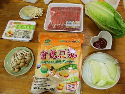 洋蔥切絲; 鴻喜菇及金針菇去除底部剝散; 美生菜切小塊