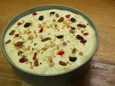 再倒適量麵糊約烤模8分滿, 再次灑上適量作法1的藜麥糙米堅果脆片及莓果乾, 輕震幾下, 震出裡頭的大氣泡