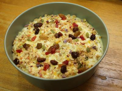先倒一半麵糊入烤模, 鋪上適量作法1的藜麥糙米堅果脆片及莓果乾