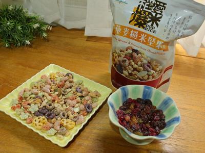 藜麥糙米堅果脆片倒出; 將莓果乾挑出, 加入梅酒泡軟; 脆片放入塑膠袋敲碎
