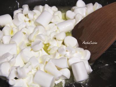 準備不沾鍋,加入奶油溶化後,加入剪小塊的棉花