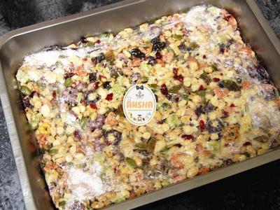 一口氣加入綜合穀物快速拌勻,放入鋪上保鮮膜或烘焙紙的模型裡壓緊