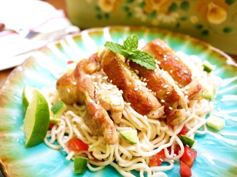 泰式雞腿排涼麵