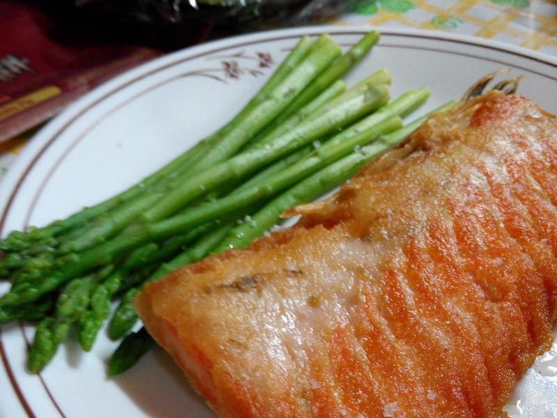 蘆筍配煎鮭魚排