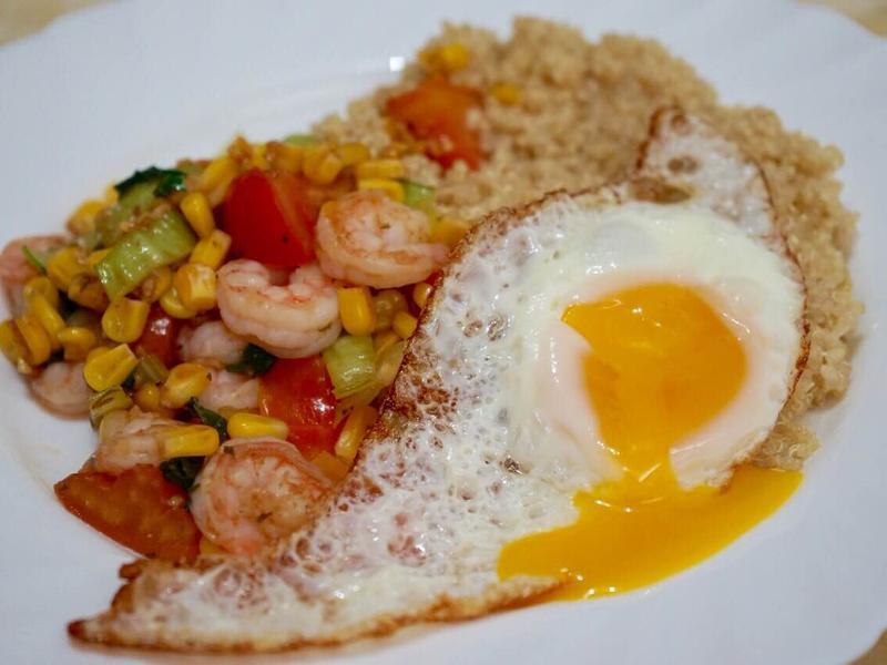 營養早餐 ~ 鮮蝦粟米煎蛋藜麥料理