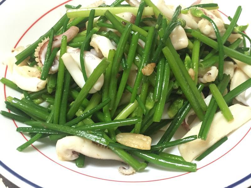 [果曼廚房] 季節料理 : 韭菜花炒花枝