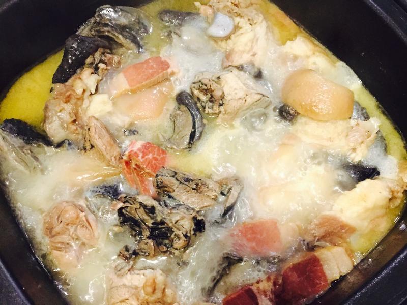 金華火腿豬腳燉雞湯