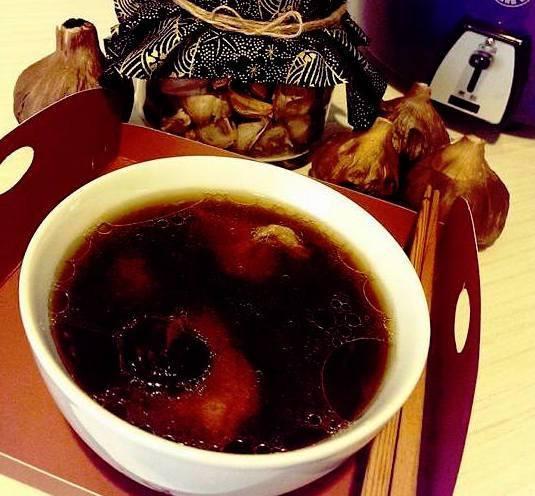 【電鍋料理】黑蒜香菇雞湯
