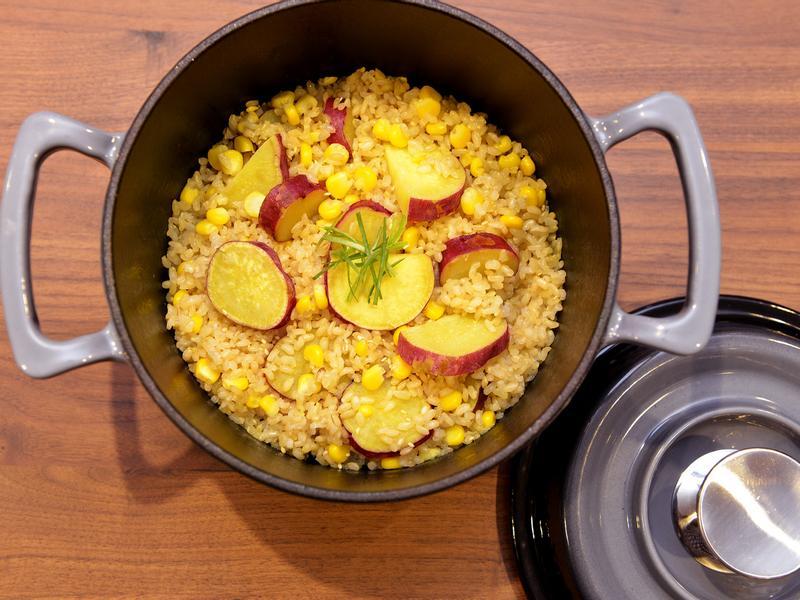 【鑄鐵鍋料理。美味玉米飯】