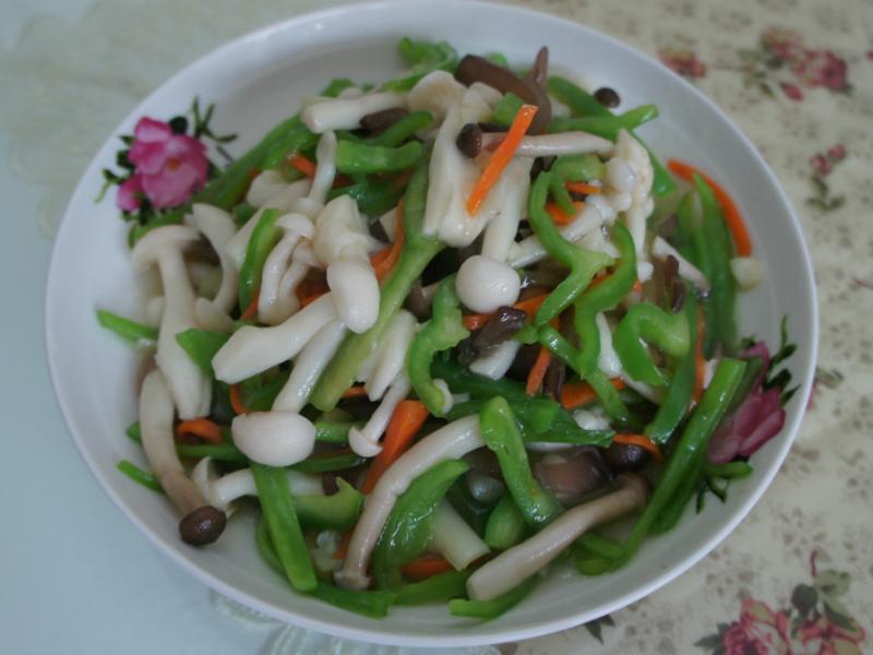 青椒炒雪白菇