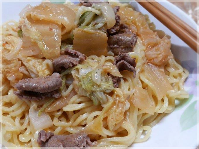 泡菜牛肉炒麵〞用罐頭快速料理