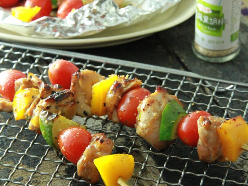 【小磨坊】香蒜黑胡椒雙椒雞肉串佐小番茄