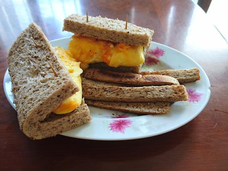 歐姆蛋全麥吐司三明治