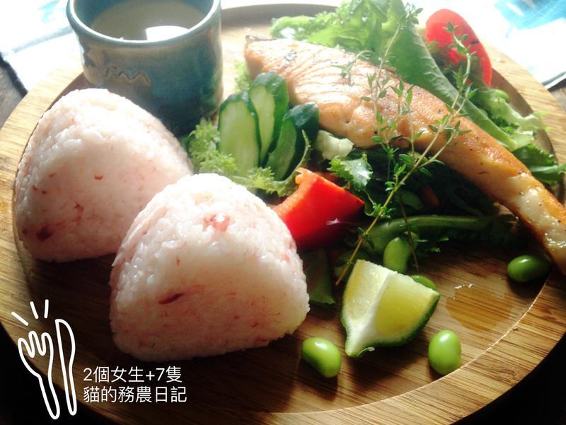 春日和風早餐-檸檬香煎鮭魚佐紫蘇梅子飯糰