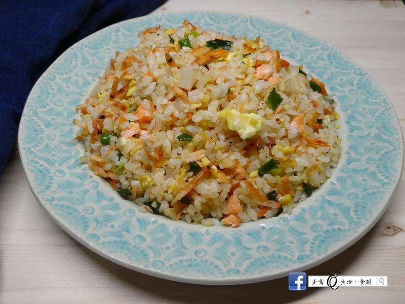 用現煮的米飯炒出粒粒分明的櫻花蝦鮭魚炒飯