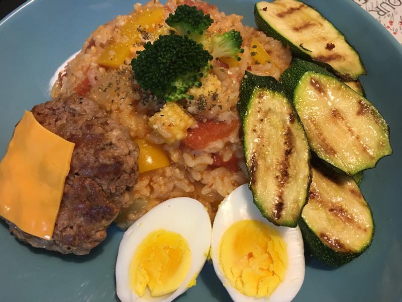 水煮蛋搭配櫛瓜漢堡排燉飯