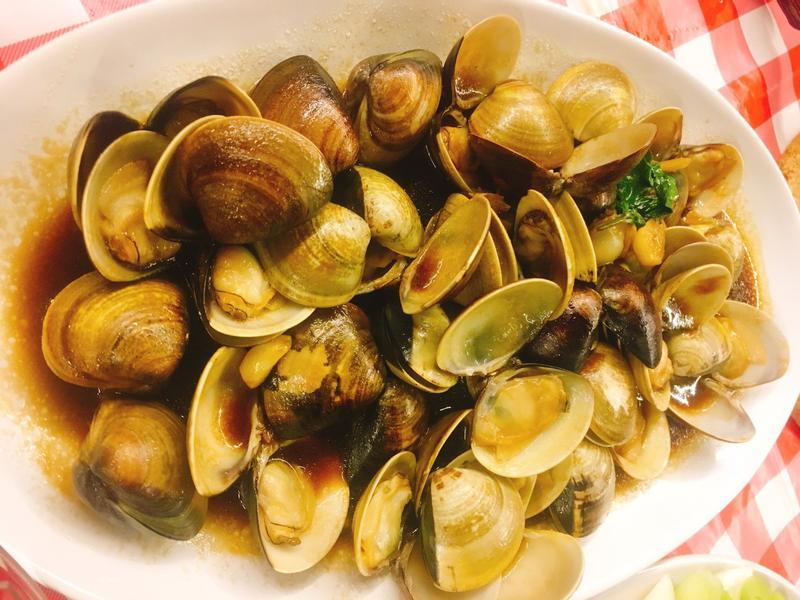 餐桌上的人妻料理*下酒菜蠔油塔香蛤蜊。