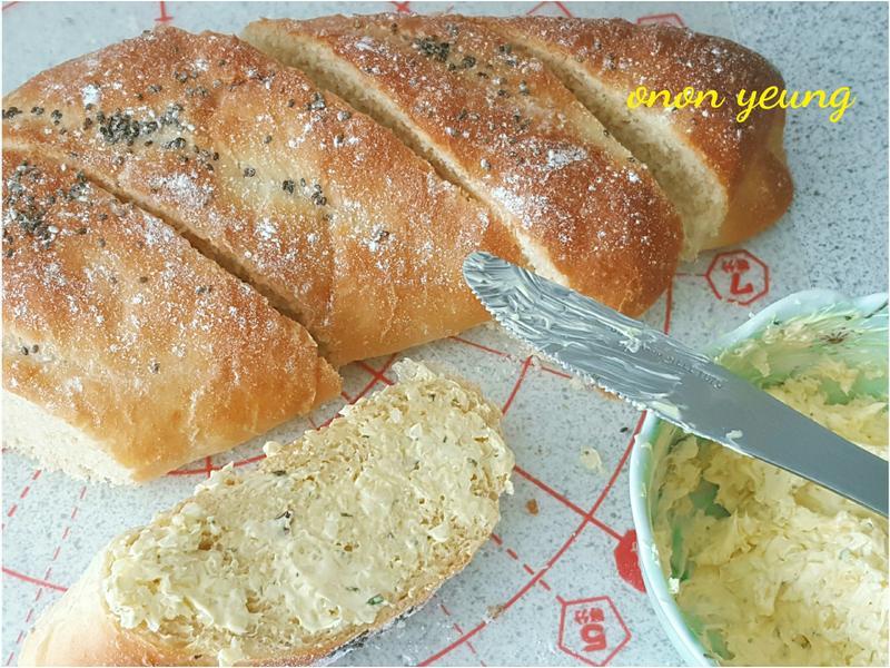 簡易法包。配奶油香蒜抹醬 家常烘焙。早餐