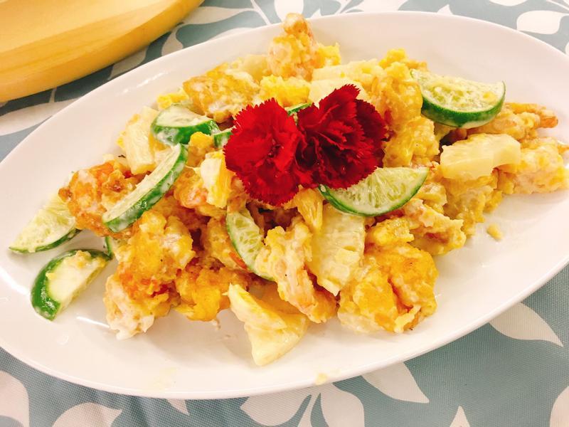 餐桌上的人妻料理*檸香橙果佐鳳梨蝦球。