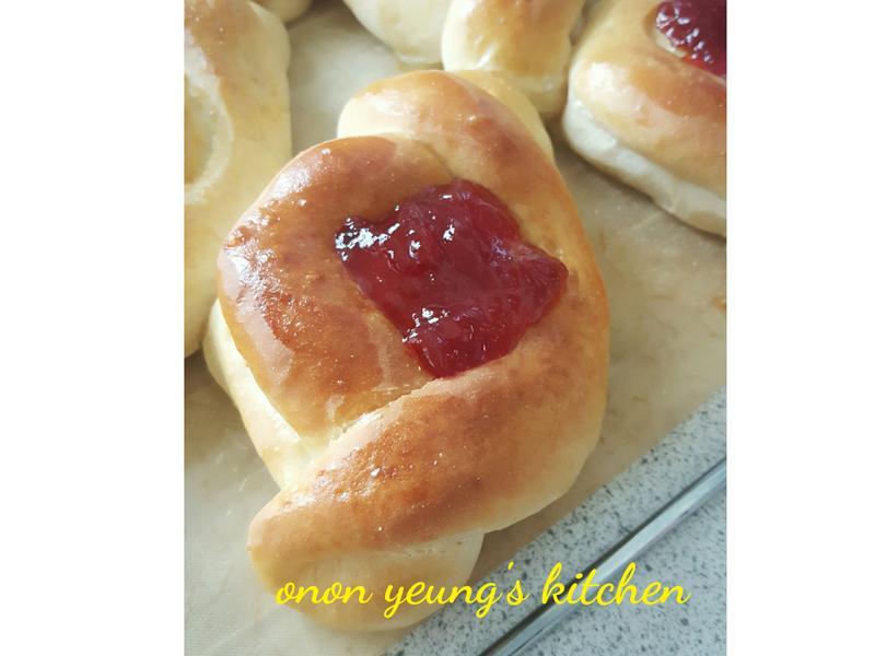 草苺果醬麵包 簡易。家常烘焙。早餐