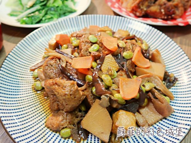 『素什錦烤麩』料多味美的便當菜選擇之一