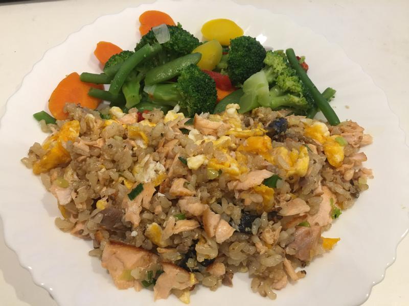 高蛋白「鮭魚蛋炒糙米飯」385卡