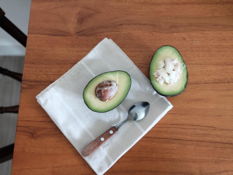 輕鬆富裕的早餐 - 酪梨鮪魚沙拉