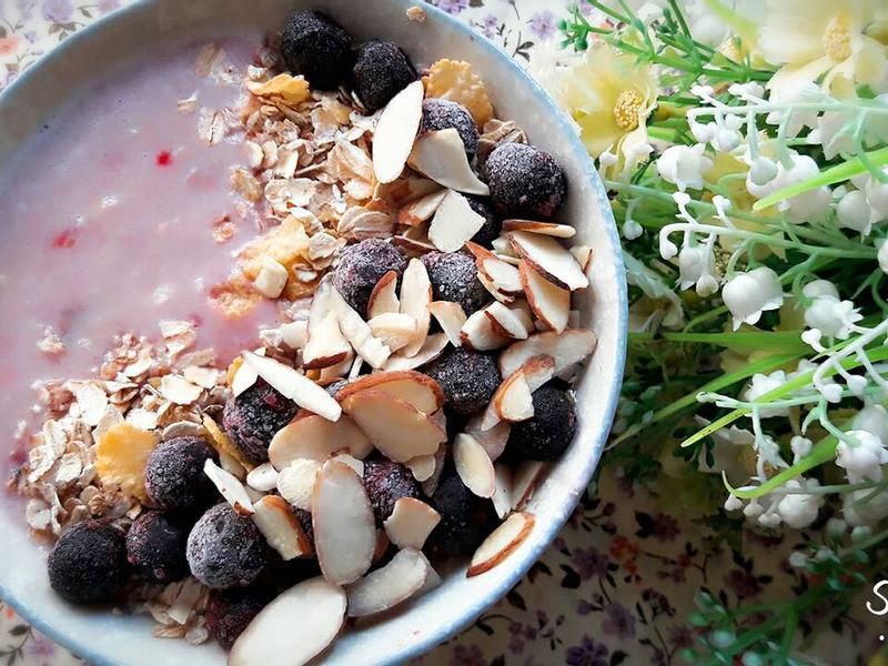 紅莓杏仁藍莓燕麥碗
