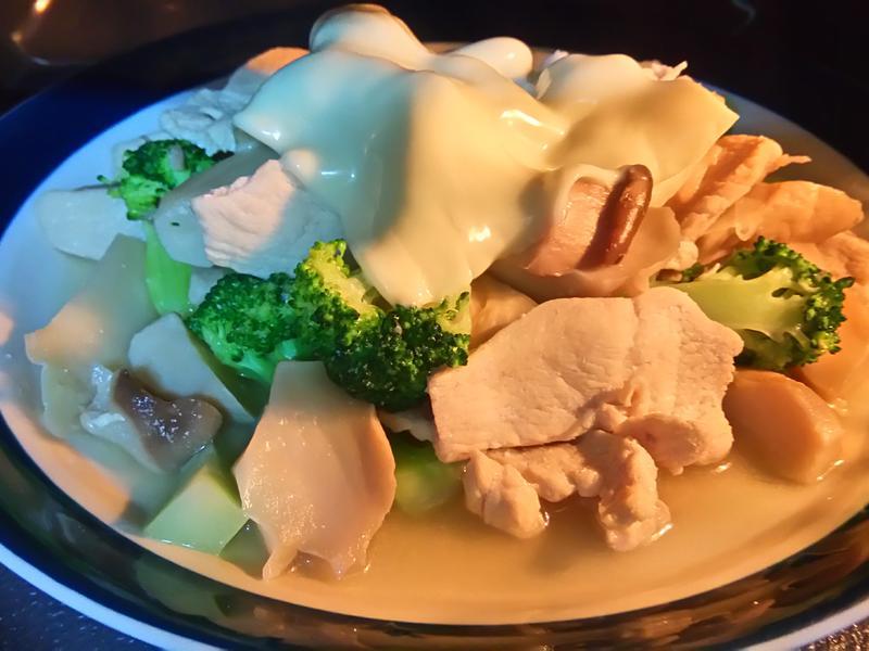 起司香炒雞肉蔬菜盤