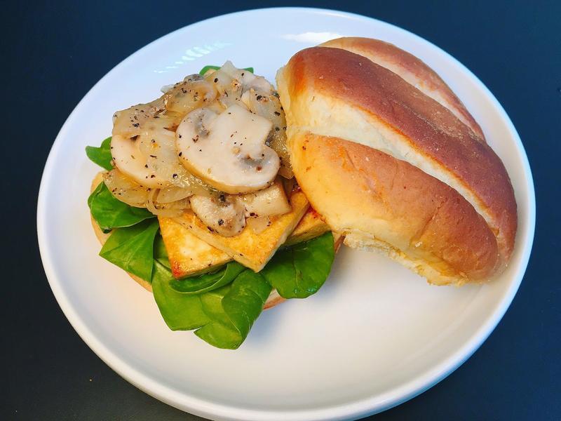 黑胡椒洋蔥蘑菇煎豆腐漢堡