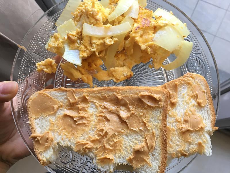 花生吐司與洋蔥炒蛋