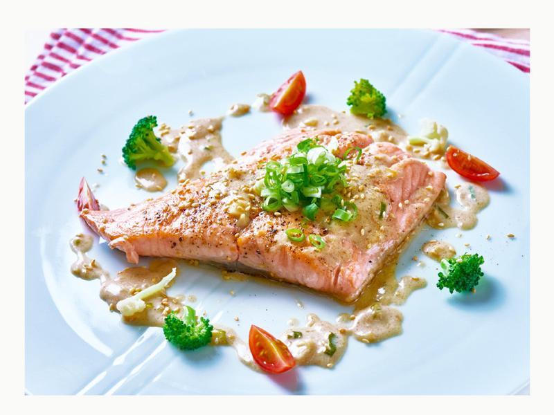 低脂鮭魚襯胡麻淋醬