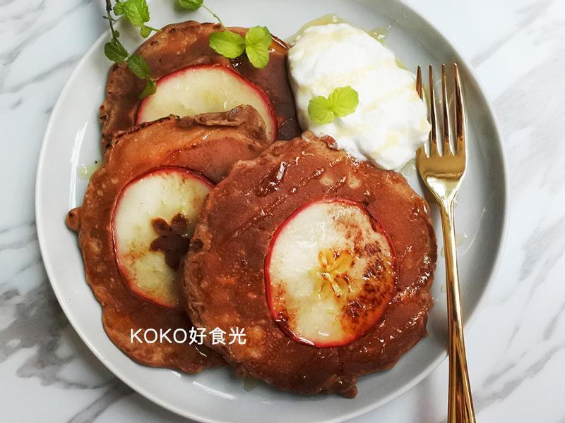 一顆蘋果栽進鬆餅裡