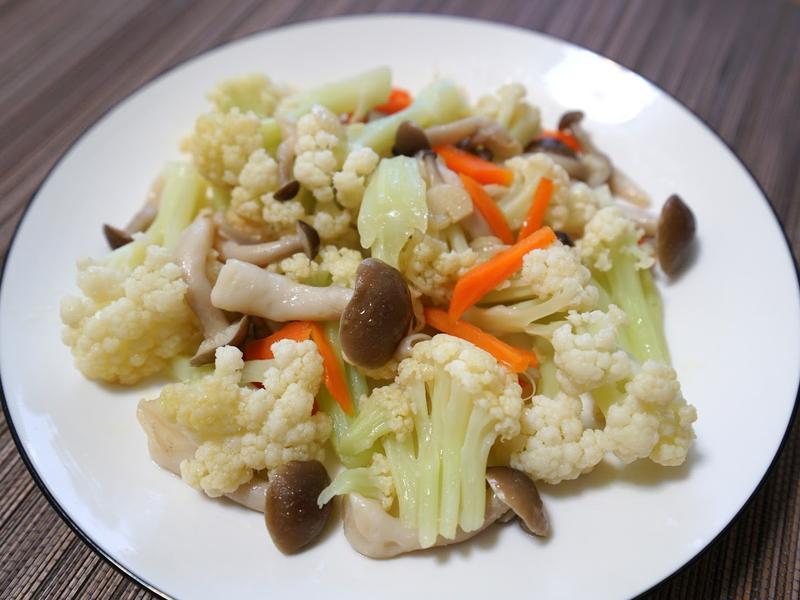 白花菜炒鮮菇。簡易便當菜
