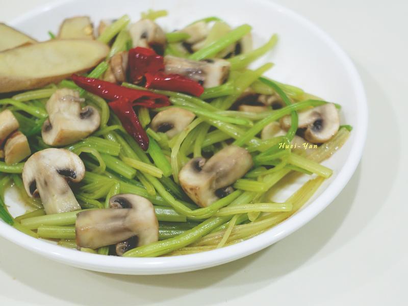 電磁爐料理-麻油辣炒芹菜蘑菇