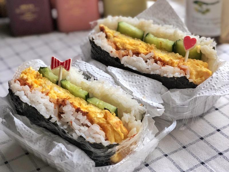 日式肉鬆厚蛋飯糰