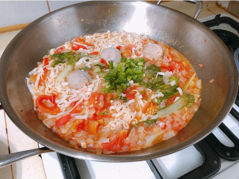 洋蔥番茄貢丸麵