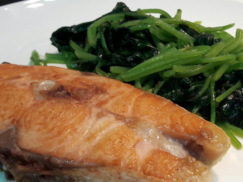 香煎鮭魚炒地瓜葉~一鍋到底免加油低醣料理