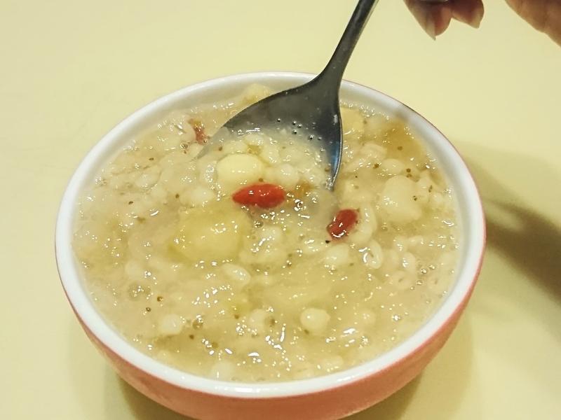無花果銀耳雪梨薏仁蓮子湯。美顏滋潤好氣色