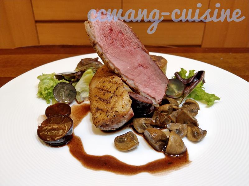 煎鴨胸,烤馬鈴薯糕,炒磨菇,佐紅酒葡萄醬