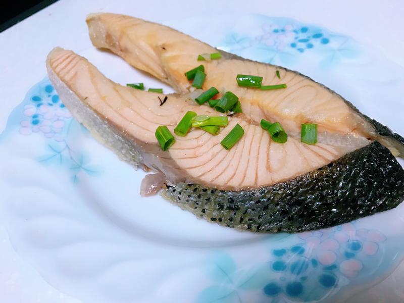 蒜香橄欖油煎三文魚扒(煎鮭魚排)