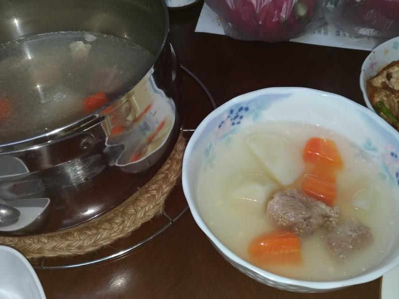 馬玲薯紅蘿蔔燉豬肉湯